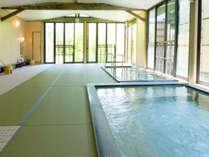 【和畳の湯】一面に畳を敷き詰めた当館自慢のお風呂です。広々とした畳の上でゆっくりリラックス♪