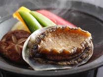 【鮑踊り焼き】新鮮な活鮑を陶板で焼いて、熱々をお召し上がりください。