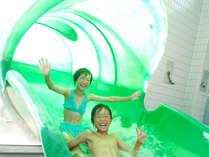 隣接の温泉プールのウォータースライダーで遊ぼう♪