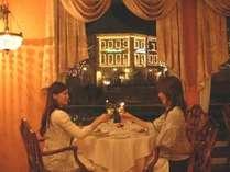 フレンチレストラン「デ アドミラル」。イルミネーションにきらめく街並みも見えて、ロマンティック。