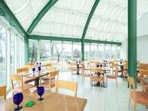 太陽の光がたっぷり入る開放的な雰囲気のレストラン「トロティネ」