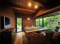 <「暁」リビングルーム>木漏れ日が射すリビングで朝食を。寝室は本間なので便利。