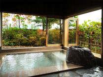 <「鼓」客室風呂>開放感たっぷりの広々とした客室風呂で、優雅なひとときを。