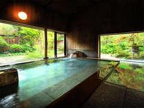 <大浴場>自然の緑が目にまぶしい大浴場で、ゆったりのんびり。