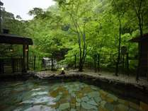 【露天風呂(男性用)】贅沢に自家源泉掛け流しの温泉が楽しめる露天風呂!原滝と緑に包まれたお風呂
