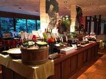 バイキングコーナーには季節の地野菜や会津の郷土料理、お惣菜などが並ぶ
