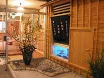 [写真]玄関のイメージは昭和?そしてアンバランスに、いけすが(笑)