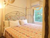 【ガーデンスウィート館】リビング&天蓋付ダブルベッドルーム(ベッドサイズ190cm×210cm)