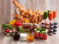 【ザ・テラス】*朝食イメージ*ホテルメイドの焼き立てパンやサラダから、焼き魚などの和食までご用意。