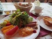朝食は地元のフレッシュ野菜をこだわりフレンチトーストを♪(一例)
