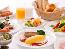 【朝食6:30A.M.~】本格和洋バイキング!朝日が差込むレストランで爽やかな朝のスタートを♪