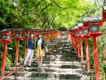 """""""赤と緑のコントラスト""""が美しい「貴船神社」当館すぐ横に位置しており、パワースポットとしても有名です"""