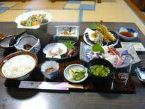 夕食膳一例熱々の揚げ物が、新鮮な魚介類とともに並びます