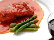 メニュー例:サラダ・スープ・魚介のマリネ・ライス・チキンのトマト煮込み・デザート