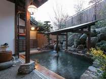 落ち着いた雰囲気の露天風呂2ヶ所は朝と夜で男女入替え制♪