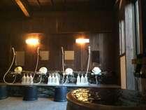 室内の洗い場。ここから一歩出ると当館自慢の露天大浴場です!