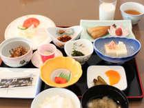 季節の焼き魚やお惣菜などご飯の合うおかずをご用意。コーヒーもあります。