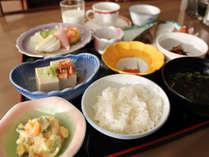 朝はその日の魚やお惣菜などご用意しております。コーヒーは無料でサービスしております。