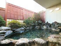 石造り大浴場に併設された岩造り露天風呂です。