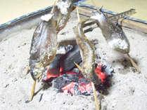 *当館の主人が釣った新鮮な川魚をパチパチ囲炉裏でじっくり丁寧に焼きました。