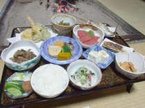 *【夕食一例】自家製の野菜を使った郷土料理をお膳で提供いたします。