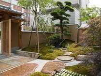 門をくぐると和風庭園が拡がります。京情緒あふれる空間をぜひご堪能くださいませ。