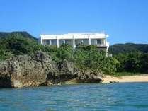 海から臨む Seven Colors 石垣島。大自然の中に佇んでいます。