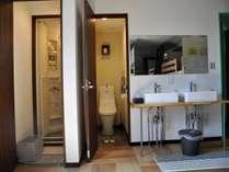室内洗面台、シャワールーム、トイレ