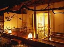 広々としたテラスに客室露天風呂が。満天の星空の下での温泉浴を。