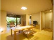 庭園付露天風呂客室の和室は高座椅子席となり、楽な姿勢で寛いで頂けます。