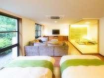 イタリア製高級ブランドのソファで寛げる和洋スイート。和室は障子を閉めて独立が可能。