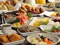 何を選ぼうか迷う程に充実した朝食ブッフェはお子様にも大人気。