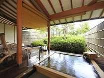 人気の高い客室露天風呂の檜風呂。大きな湯船が好評です。お部屋により庭園の雰囲気は異なります。