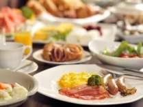 約30種類の和洋料理が並ぶ朝食ブッフェ。