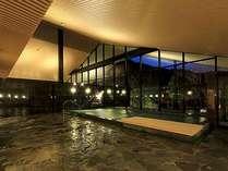せせらぎの湯処:天井も高く窓も大きく取り、内湯でも開放感を感じる大浴場。