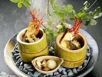 里山の緑と自家源泉の湯煙りをイメージし、伊豆の宝である海の幸を使った料理『宝楽』