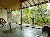 お湯が青みがかって見える石風呂の一例。日本の伝統的な庭園にリニューアル