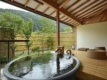 陶器風呂が付いた露天風呂付のお部屋。里山を愛でながらの温泉浴をお楽しみ下さい。