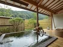 御影石風呂が付いた露天風呂付のお部屋。里山を愛でながらの温泉浴をお楽しみ下さい。