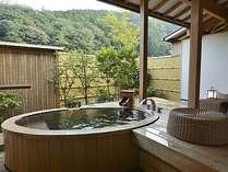 ひばの香りが清々しい客室露天風呂。お部屋により植栽の雰囲気は異なります。