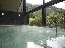 せせらぎの湯処:清流を渡る心地良い風を感じられる開放的な女性用露天風呂