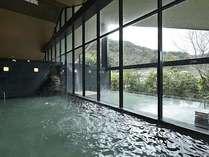 せせらぎの湯処:大きな三角窓で採光をたっぷりと取り入れた明るい女性用大浴場。