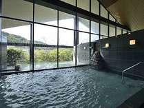 せせらぎの湯処:内風呂と露天風呂の一体感が図られた男性用大浴場