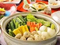 九条ねぎ、京人参、水菜などの京野菜と鶏つみれを合わせたお鍋となります。