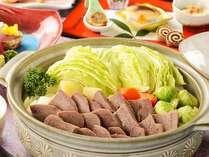 柔らかく煮込んだ牛タンと冬野菜を、玉ねぎを摺り下ろしたスープと2種類の味噌で味わうコースです。
