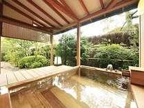 ひば製の露天風呂はお二人でも余裕の広さ。目の前に広がる庭園を愛でながらの温泉浴を。