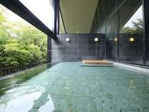 せせらぎの湯処:自然と一体感が図れる開放的な男性用露天風呂。