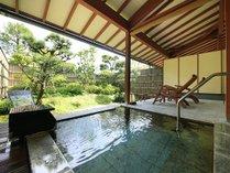 二人でもゆったりと温泉浴ができる大きめな客室露天風呂の石風呂一例。