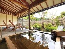 二人でもゆったりと温泉浴ができる大きめな客室露天風呂の檜風呂一例。