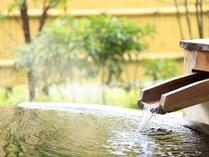 ph9.2のアルカリ性の美肌の湯が注がれる露天風呂付のお部屋。